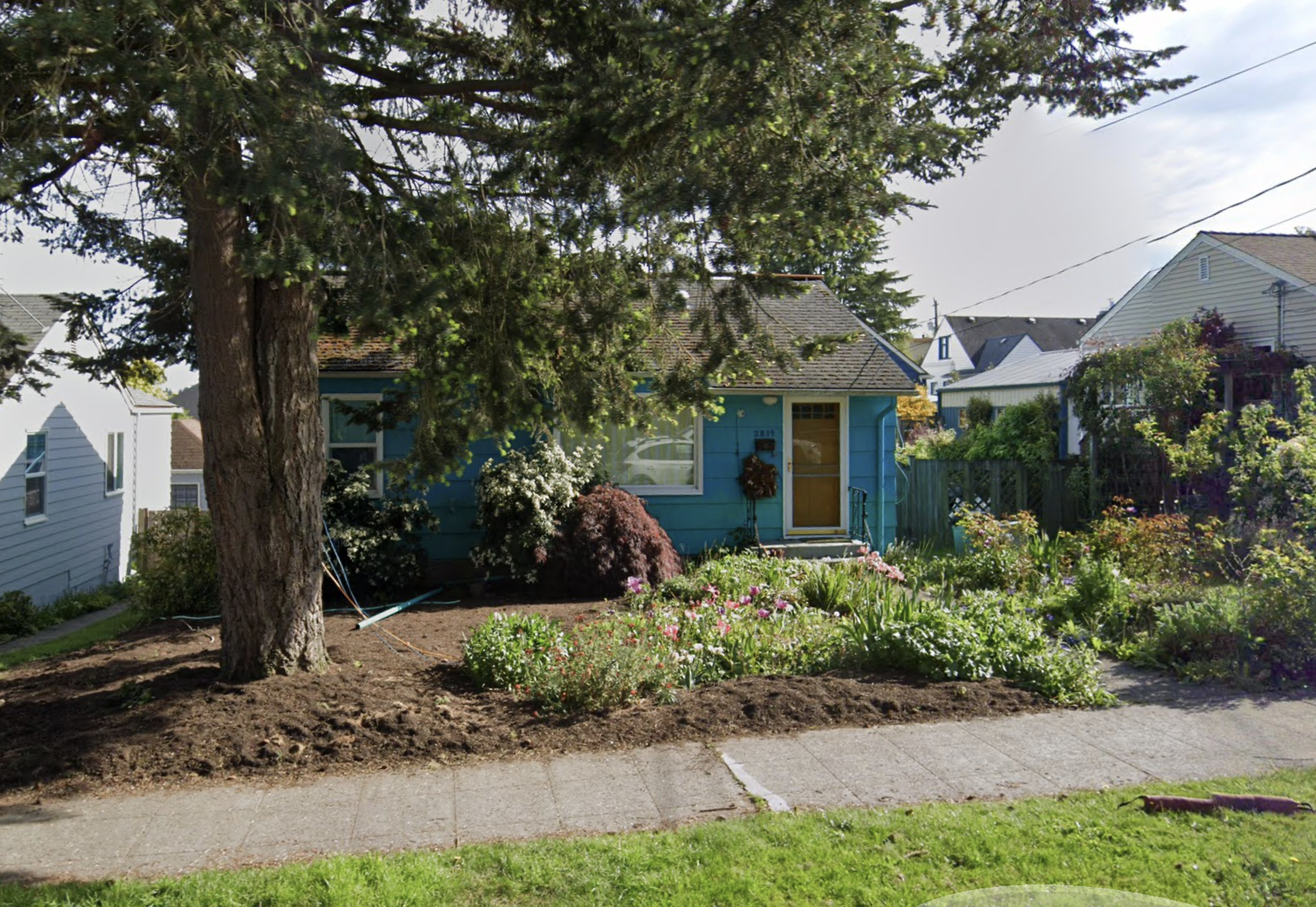The house as it looked before the lifting project (Google Street View - May 2019)